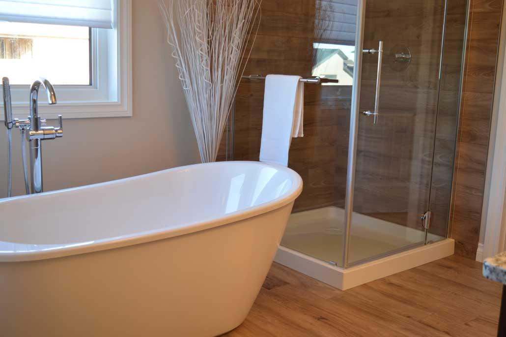 badkar och trägolv