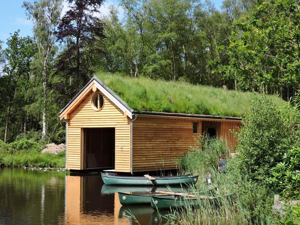 Båthus med grönt tak