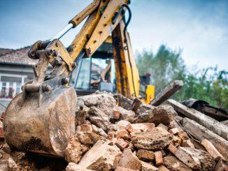 grävskopa arbetar på rivningsprojekt