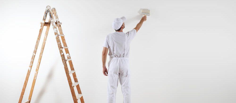 målare målar vit vägg