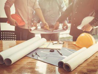 byggledare diskuterar ritning